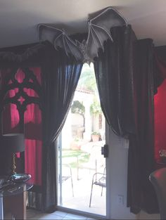 Magalie Sarnataros props- Halloween Vampire gothic- den Magalie Sarnataros props- Halloween Vampire gothic- den Source by southernwreaths Goth Home Decor, Halloween Home Decor, Halloween House, Halloween Themes, Halloween Diy, Gothic Halloween Decorations, Elegant Party Decorations, Halloween Bedroom, Halloween Office