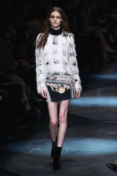 Milano Moda Donna AI 2015/2016: la sfilata di Roberto Cavalli | Minidress con frange | Foto