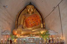 Estátua no interior do Templo Mahabodhi Paya, na antiga cidade de Bagan, em Myanmar (Birmânia, Burma).  Fotografia: Antoine Sipos no Flickr.