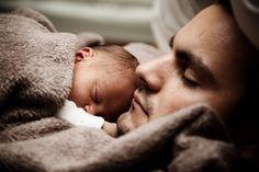 bebé-dormido-con-papá