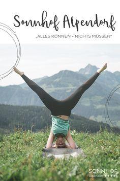 Eine Yoga-Session auf der Alm mit herrlichem Panorama im Salzburger Land. Das erlebt man während des Sommerurlaubs im Sonnhof Alpendorf #vollsonnhof #allessonnhof #salzburgerland #visitaustria #österreich #yoga #almyoga