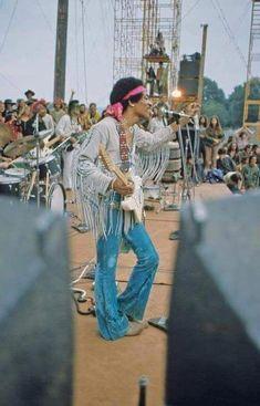 Jimi Hendrix at Woodstock music festival in 1969 1969 Woodstock, Jimi Hendrix Woodstock, Woodstock Festival, Woodstock Hippies, Woodstock Music, Woodstock Photos, Jimi Hendrix Poster, Jimi Hendricks, Festival Hippie