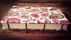 Caderno com costura Copta Etíope com capa em tecido de algodão. Esse tipo de costura permite uma ótima abertura do caderno.