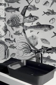 Noir mat, le chic absolu - Cattoire Relation Presse. Une vasque en céramique noir mat, posée sur un plan de travail blanc tout simple. Robinet épuré en chrome argenté. Une réalisation ultra design, ultra tendance, mise en valeur par un papier peint graphique noir et blanc, à motifs de poissons. Ideal Standard sélection par Grandbains.