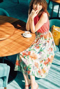 """この春大・大・大流行中の""""キレイ色""""! なんだか着るだけでワクワクしたり、場の雰囲気まで華やぐからかかせません。みなさんはどんなキレイ色を選びますか? その日会う人やイベントなどのシーンに合わせたキレイ色なら、おしゃれも、恋も、仕事も……全部うまくいくはず♡"""