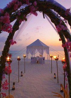 Beach wedding ceremony ceremonie op het strand huwelijk