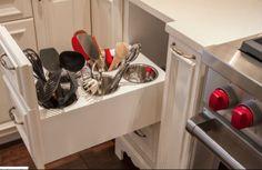 Praktyczne schowki w kuchni Practical storage space in the kitchen fot.: WoodWorks