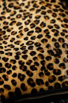 Pochette matière cuir noir avec imprimé léopard poils fermeture zip détail texture The New Yorker, Animal Print Rug, Texture, Deco, Collection, Fashion, Braided Leather, Black Leather, Black Ankle Boots