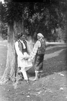Imagini pentru doina populara Romantic, History, Couple Photos, Costume, Folklore, Popular Outfits, Couple Shots, Historia, Couple Photography