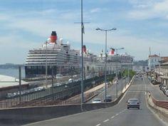 As Três Rainhas vieram refrescar-se no Tejo. Foto de António Prôa #Lisbon #Harbour #queenvictoria #queenelizabeth #queenmary2