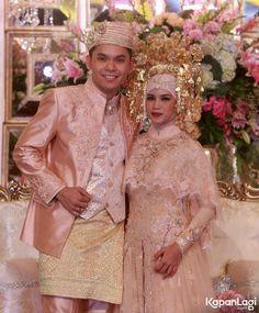 Berlangsung dalam adat Minang, Ines terlihat begitu cantik dengan suntiang.