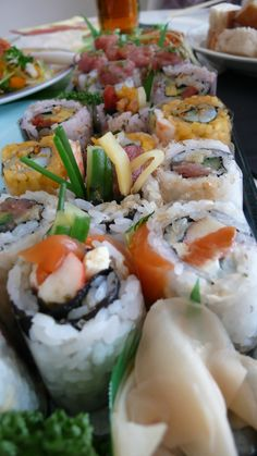 Sushi Roll Sushi Burger, My Sushi, Sushi Love, Japanese Treats, Japanese Food, Sushi Recipes, Asian Recipes, Oishi Sushi, Sushi Salad