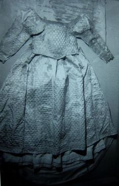 Extant sottana (petticoat/dress), with bodice, skirt and sleeves, circa 1550-55 (San Domenico Maggiore, Naples).