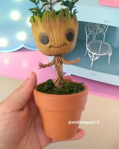 "Baby Groot em biscuit  64 curtidas, 8 comentários - Paty Sousa (@ateliedapaty12) no Instagram: ""Baby Groot versão fofínea, a pedido da @kahliefeltros ✨ #biscuit #porcelanafria #pastaflexible…"" Baby Groot, Flower Pot Cake, Flower Pots, Palmer Clay, Cake Models, Clay People, Cake Templates, Insta Photo Ideas, Pasta Flexible"