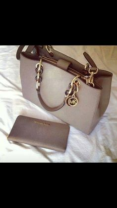 Welcome to our fashion Michael Kors outlet online store, we provide the latest styles Michael Kors handhags and fashion design Michael Kors purses for you. High quality Michael Kors handbags will make you amazed. Michael Kors Clutch, Michael Kors Rucksack, Cheap Michael Kors, Michael Kors Outlet, Handbags Michael Kors, Michael Kors Hamilton, Coach Purses, Purses And Bags, Coach Bags