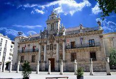 El Universidad of Valladolid es en el estilo de Baroque.