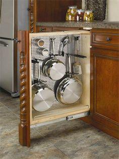 В пространстве, которое обычно занимает бутылочница можно оборудовать выдвижной шкаф для сковородок и ковшей.