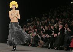 Modelo desfila criação da estilista Ria Keburia durante a Moscou Fashion Week, na Rússia - http://revistaepoca.globo.com//Sociedade/fotos/2013/03/fotos-do-dia-30-de-marco-de-2013.html (Foto: AP Photo/Mikhail Metzel)