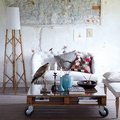 Geverniste pallet + glasplaat + wieltjes = salontafel en daar durven ze 690 euro voor vragen. €690 ... Onnozelaars! http://en.housedoctor.dk/-/furniture/coffee-table/Br0131