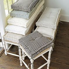 French Mattress Cushion Tutorial is part of diy-home-decor - The french mattress style cushions have become popular in vintage home design Let me show you how to make your own french mattress in this tutorial! Diy Hanging Shelves, Diy Wall Shelves, Ballard Designs, Stool Cushion, Diy Cushion Bench, Diy Footstool, Cushion Ideas, Cushion Covers, Pillow Covers