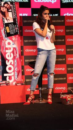 Alia Bhatt at 'Shandaar' Promotions : Alia looked very cool in that white Ami Patel tee with denim jeans and red Zara heels (which she wore earlier this week in black color and were also worn by Katrina last week). Not really a fan of that hairstyle,. Casual College Outfits, Stylish Summer Outfits, Stylish Girl Pic, Stylish Outfits, Aalia Bhatt, Teen Fashion, Fashion Outfits, Alia Bhatt Cute, Bollywood Fashion