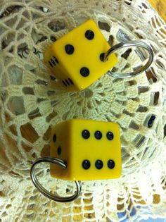 Another easy way to make yourself a key fob. Just use whatever little or big object or artifact you find interesting or pretty, make a hole and ta-tá! There you have yourself a keychain. Key Fobs, Recycled Materials, Refashion, Reuse, Recycling, Objects, Dots, Make It Yourself, Big