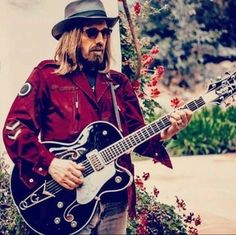 He was the coolest dressed rock and roller! Music Like, Music Tv, Mike Campbell, The Black Crowes, King Bee, Travelling Wilburys, Cool Guitar, Guitar Pics, Tom Petty