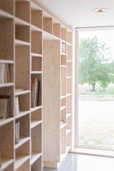 Simpel houten vakkenkast in Scandinavische stijl.