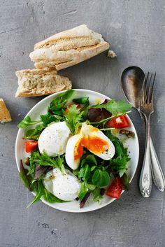 Poached eggs and simple salad | Maku.fi