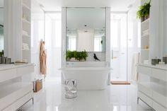 Este lindíssimo banheiro, criado por Diego Revollo, com todos as peças, acabamentos e acessórios da Vallvé, é uma apologia à opulência do branco. Puro glamour!! #banheiro #minimalismo #projeto #casa #house #arquitetura #design