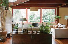 As janelas basculantes ocupam toda a lateral de 4 m de largura na sala de estar com lareira de concreto pré-fabricada. O assoalho de peroba-mica possui sistema de aquecimento instalado embaixo. Criado pelo arquiteto e designer Sergio Rodrigues