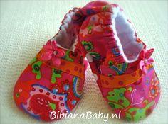 Babyslofjes meisjes, trendy gekleurd met paisly design, voor hippe kleine meisjes! Een paar babyslofjes uit de webshop krijg je kado bij wiegbekleding