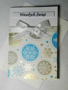 Kartka świąteczna ze sproszkowanym złotem, ze niebiesko-złotymi śnieżynkami. Christmas card with gold powder.