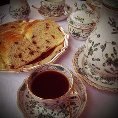 Meissen, Indian Green. It's so old fashioned but yet so fresh when used right. I love it anyways, because everybody loves his old fashioned granny as well. Hm? (-;
