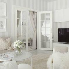 Kaunis valkoinen sisustus, pariovet ja ihanan paljon valoa