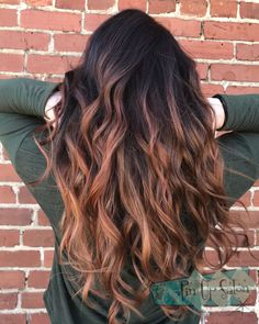 This copper Balayage with a dark root is by Shelby Diese kupferne Balayage mit dunkler Wurzel stammt von Shelby Haare Brown Hair Shades, Light Brown Hair, Brown Hair Colors, Red Hair Color, Red Hair With Dark Roots, Brown Hair Balayage, Hair Highlights, Copper Balayage Brunette, Ombre Hair Copper