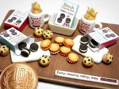 たくさん作ったので並べてみました チョコチップマフィン♪ ブラッククッキーサンド♪ ジャムサンド♪ リンゴクッキー♪ ・ #ミニチュア #ミニチュアフード #ミニチュアスイーツ #ジャムサンド #ジャムサンドクッキー #ドールハウス #お菓子 #スイーツ #焼き菓子 #樹脂粘土 #食品サンプル #チョコチップマフィン #オレオ #カップケーキ  #chocolatechip  #polymerclay #chocolatechipmuffin  #foodsample #handmade #jamsandwich #cookies #bake #sweets #miniature #miniaturefood