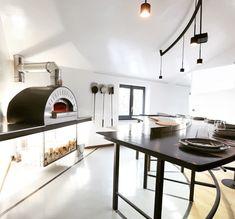 """Quattro Top je kompaktná, ľahká profesionálna pizza pec na drevo a plyn ktorá je jednoduchá na používanie, dokonale navrhnutá tak, aby mohla byť umiestnená do """"food trucku"""". #alfa1977 #pizza #oven #pizzaoven #design #pec #pizzapec #gastronomy #professionalkitchen #kitchen #woodoven#pizzeria #design #forni #ristorante Alfa Alfa, Ovens, Restaurant Design, Conference Room, Pizza, Table, Furniture, Ford, Home Decor"""