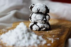These gooey and chewy chocolate crinkle cookies are my new favorite recipe. If you're a brownie lover, prepare to be converted to these chocolatey cookies! Chocolate Crinkle Cookies, Chocolate Crinkles, Chocolate Squares, Baking Power, Broma Bakery, Desserts To Make, Unsweetened Cocoa, Vegetarian Chocolate, Cookies Et Biscuits