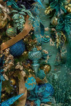 A Christmas Wonderland – Decorators Warehouse Christmas Tree Colour Scheme, Peacock Christmas Tree, Blue Christmas Decor, Gold Christmas Decorations, Christmas Tree Themes, Christmas Store, Christmas Colors, Christmas Ornaments, Victorian Christmas