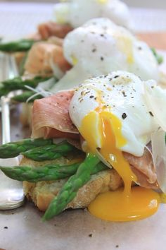 Asparagus, Parma Ham & Poached Egg Bruschetta w/ Truffle Infused Olive Oil Egg Recipes, Light Recipes, Brunch Recipes, Cooking Recipes, Asparagus Egg, Asparagus Recipe, Breakfast Menu, Breakfast Recipes, Breakfast Ideas