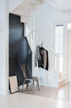 love the black wall to spruce up an otherwise mundane space in the home Hallway Inspiration, Interior Inspiration, Small Space Living, Living Spaces, Flooring For Stairs, Entry Hallway, Entrance Hall, Interior Architecture, Interior Design