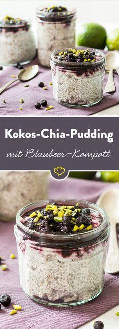 Das fruchtige Blaubeerkompott mit Ingwer und Zimt passt wunderbar zur exotischen Kokosnote des Chia-Puddings. Obendrauf gibt es noch knackige Pistazien.