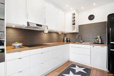 Härligt kök med bänkskiva i ek Kitchen Cabinets, Home Decor, Pictures, Decoration Home, Room Decor, Cabinets, Home Interior Design, Dressers, Home Decoration