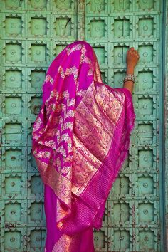 Je wordt meegenomen naar roze, blauwe, gele, witte koningssteden. Naar eindeloze woestijnen, naar de allergrootste rijkdom, de allermooiste schoonheid. Lees verder over de schoonheid van #India op www.myworldisyour... - Jim Zuckerman Photography