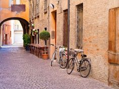 Discover the most beautiful destinations around the city of Bologna for an exciting day trip between good food, history and natural landscapes.