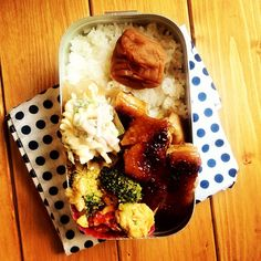 [120607] Today's lunch box protagonist is a chicken broiled with soy sauce.  it's japanese TERIYAKI.