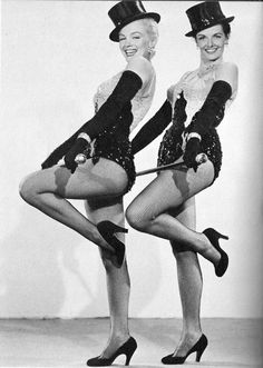 "Marilyn Monroe (June 1926 - August and Jane Russell (June 1921 - February in ""Gentlemen Prefer Blondes"", 1953 Estilo Marilyn Monroe, Marilyn Monroe Fotos, Marylin Monroe, Old Hollywood Stars, Vintage Hollywood, Hollywood Glamour, Classic Hollywood, Jane Russell, Gentlemen Prefer Blondes"