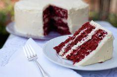 La #RedVelvet #Cake è un dolce americano davvero delizioso! La crema vaniglia bianca e scintillante contrasta visivamente con il rosso accesso della torta!