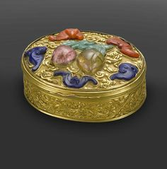 A VERY FINE AND RARE GILT BRONZE OVAL SNUFF BOX Qianlong, circa 1740-1770
